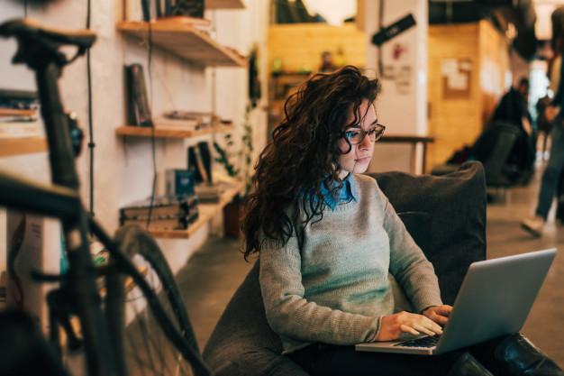 Bloggin ragazza che scrive un blog